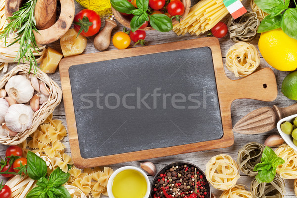 İtalyan gıda makarna malzemeler ahşap masa tahta üst Stok fotoğraf © karandaev