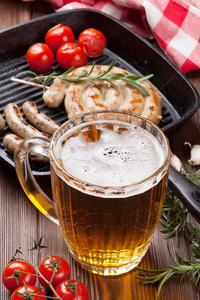 Bier mok gegrild worstjes houten tafel voedsel Stockfoto © karandaev
