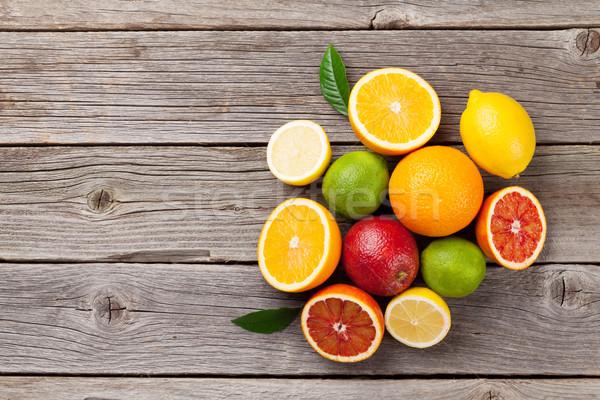 świeże dojrzały cytryny pomarańcze drewniany stół górę Zdjęcia stock © karandaev
