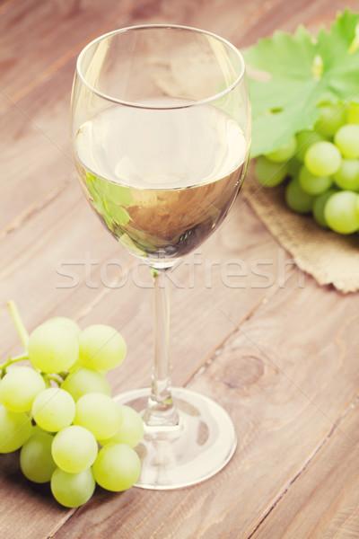 Witte wijn glas druiven houten tafel voedsel wijn Stockfoto © karandaev