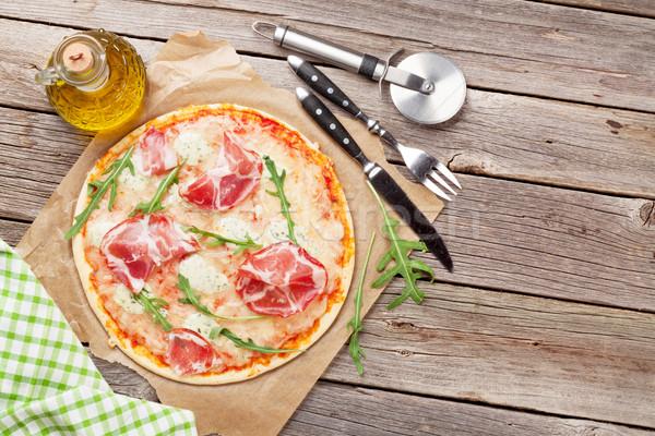 Pizza prosciutto mozzarella tavolo in legno top view Foto d'archivio © karandaev
