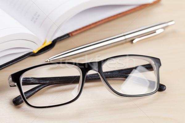Stock fotó: Irodai · asztal · fából · készült · készlet · jegyzettömb · toll · szemüveg