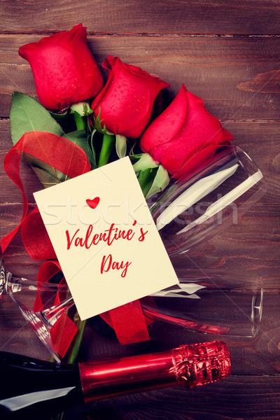 Saint valentin carte de vœux champagne roses rouges table en bois haut Photo stock © karandaev