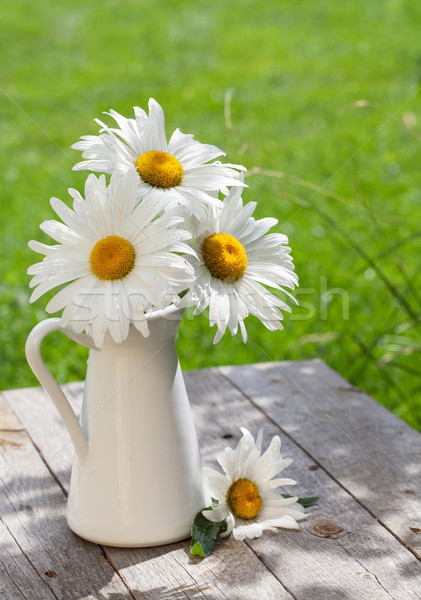 Fraîches jardin camomille bouquet vase table en bois Photo stock © karandaev