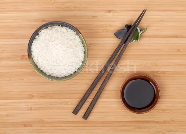Rijst kom eetstokjes sojasaus bamboe tabel Stockfoto © karandaev
