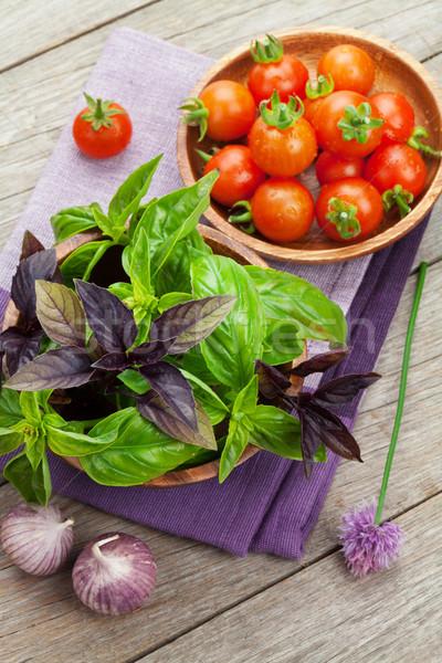 Foto stock: Fresco · agricultores · manjericão · tomates · mesa · de · madeira · comida