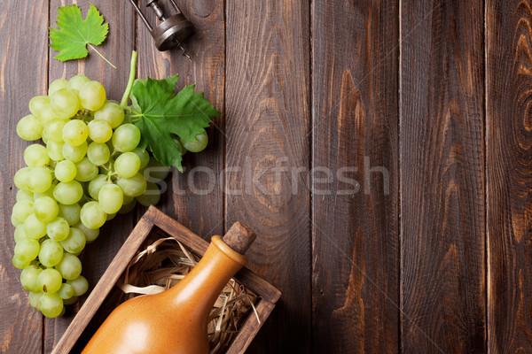 Garrafa de vinho uvas mesa de madeira topo ver espaço Foto stock © karandaev