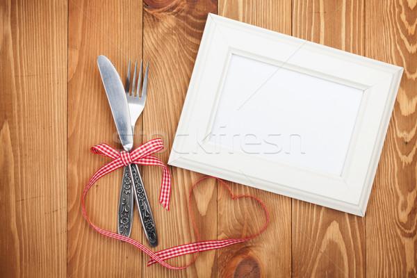 Photo frame cuore nastro tavolo in legno Foto d'archivio © karandaev
