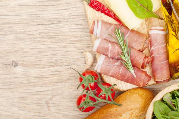 Stockfoto: Kaas · prosciutto · brood · groenten · specerijen · houten · tafel