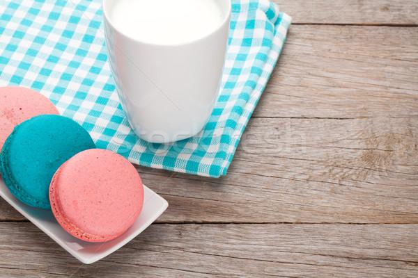 Coloré macaron cookies tasse lait table en bois Photo stock © karandaev
