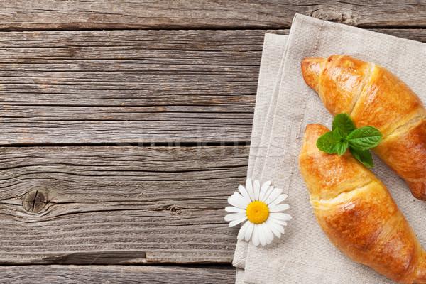 Croissants camomila flor mesa de madeira topo ver Foto stock © karandaev