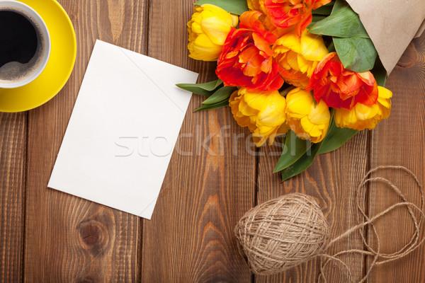 Foto stock: Colorido · tulipanes · tarjeta · de · felicitación · taza · de · café · ramo · mesa · de · madera