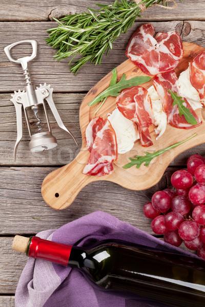 Prosciutto mozzarella vörösbor fa asztal felső kilátás Stock fotó © karandaev