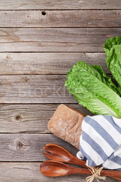 Vers caesar salade koken houten tafel top Stockfoto © karandaev