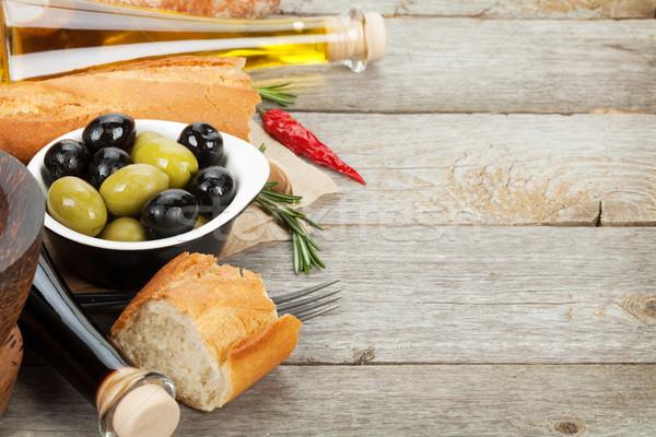 Comida italiana aperitivo aceitunas pan especias mesa de madera Foto stock © karandaev