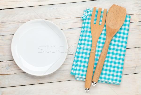 Vuota piatto utensile da cucina bianco tavolo in legno Foto d'archivio © karandaev