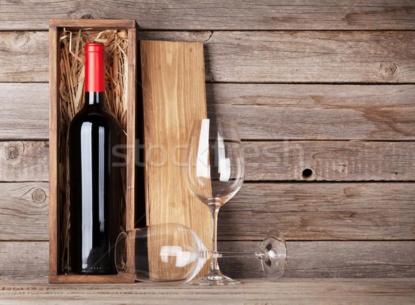 Vinho tinto garrafa copos de vinho parede cópia espaço Foto stock © karandaev