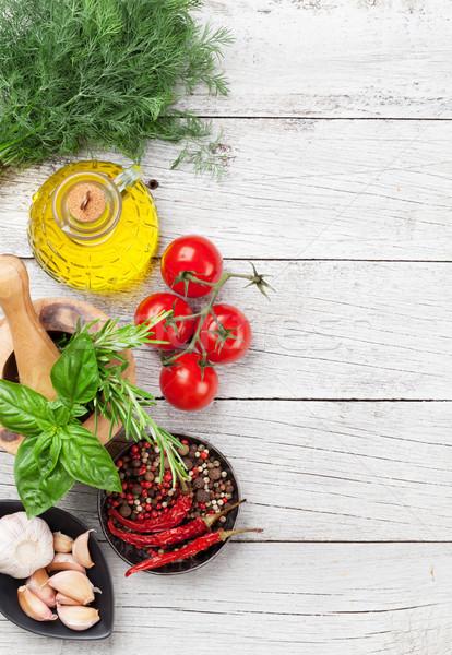 Comida italiana tomates azeite ervas temperos mesa de madeira Foto stock © karandaev