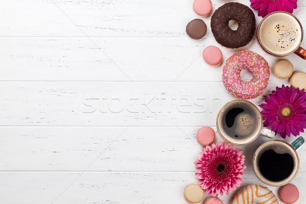 Photo stock: Café · donuts · fleurs · tasses · de · café · blanche · table · en · bois