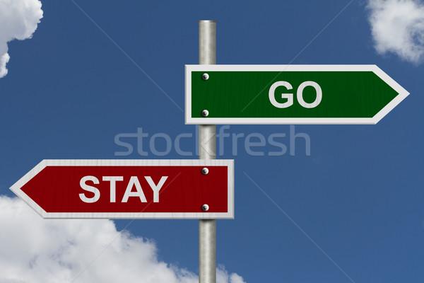 Blijven Rood groene straat borden blauwe hemel Stockfoto © karenr