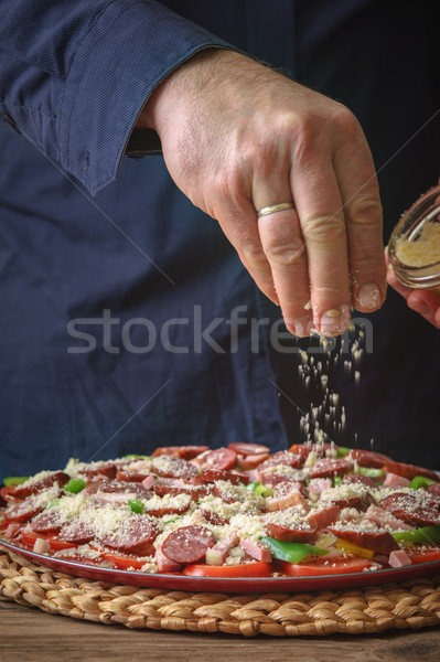 Man Blauw shirt kaas pizza tabel Stockfoto © Karpenkovdenis