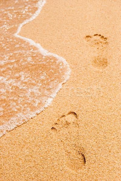 Pegadas areia mar onda vertical praia Foto stock © Karpenkovdenis
