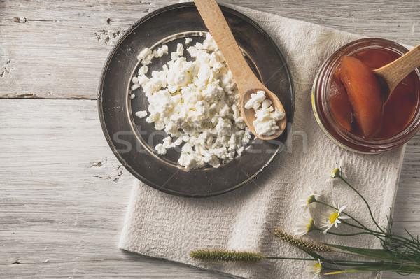 Taze süzme peynir reçel çiçekler beyaz ahşap masa Stok fotoğraf © Karpenkovdenis