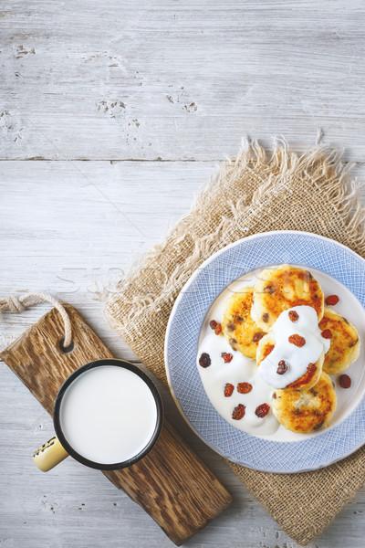 Sajt palacsinták mazsola joghurt kerámia tányér Stock fotó © Karpenkovdenis