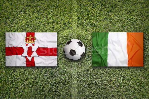 Vs banderas campo de fútbol verde equipo Foto stock © kb-photodesign