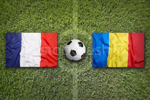 Francia vs Romania bandiere campo di calcio verde Foto d'archivio © kb-photodesign