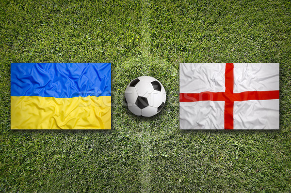 Ukraine vs Angleterre drapeaux terrain de football vert Photo stock © kb-photodesign