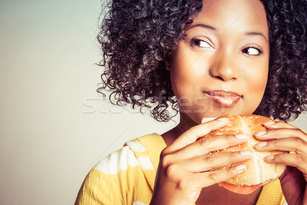 Donna mangiare burger donna nera sandwich mani Foto d'archivio © keeweeboy