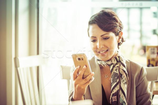 Sms üzenetküldés nő gyönyörű közel-keleti lány telefon Stock fotó © keeweeboy
