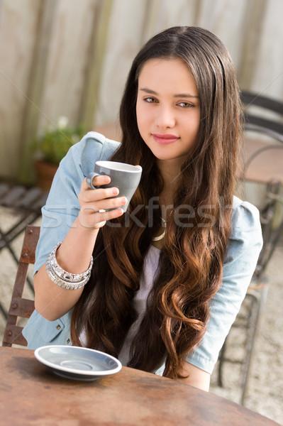 Piękna kobieta pitnej kawy młodych szczęśliwy Zdjęcia stock © keeweeboy