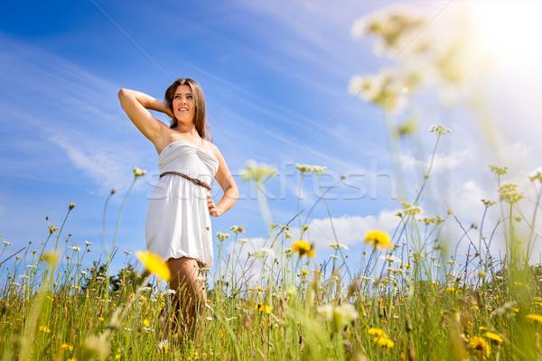 Ragazza campo fiori bella ragazza donna sorriso Foto d'archivio © keeweeboy