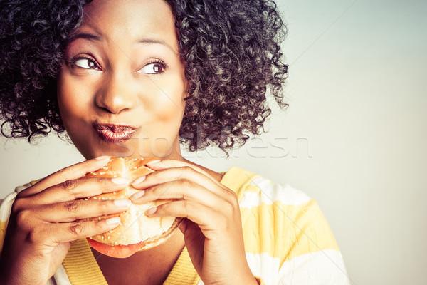 Siyah kadın yeme güzel hamburger kadın eller Stok fotoğraf © keeweeboy