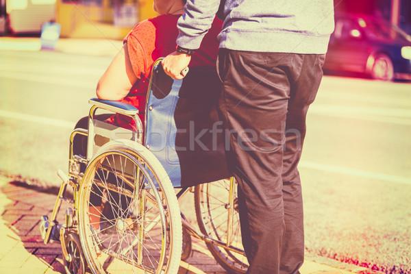 Kobieta wózek człowiek popychanie drogowego medycznych Zdjęcia stock © keeweeboy