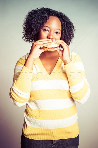 Donna mangiare hamburger bella donna nera mani Foto d'archivio © keeweeboy