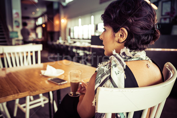 женщину кофейня сидят ресторан девушки телефон Сток-фото © keeweeboy