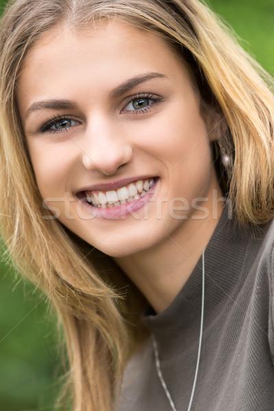 Bella sorridere teen girl felice primo piano ragazza Foto d'archivio © keeweeboy