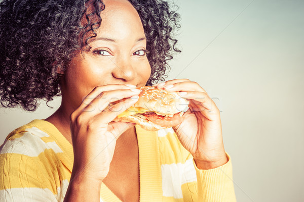 Donna mangiare burger bella giovani donna nera Foto d'archivio © keeweeboy