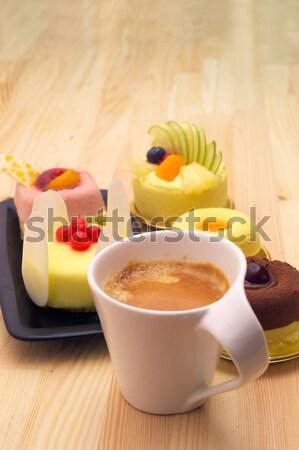 Foto d'archivio: Espresso · caffè · torta · di · frutta · frutta · crema · torta
