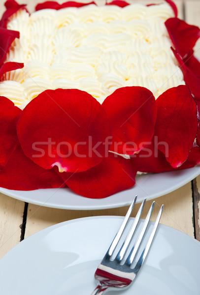 ホイップクリーム マンゴー ケーキ 赤いバラ 花弁 パーティ ストックフォト © keko64