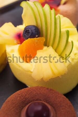 Friss bogyós gyümölcs torta krém sütemény közelkép Stock fotó © keko64