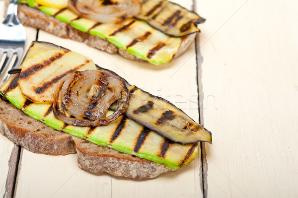 Foto d'archivio: Alla · griglia · verdura · pane · rustico · tavolo · in · legno · alimentare