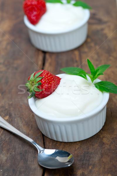 Organik Yunan yoğurt çilek rustik ahşap masa Stok fotoğraf © keko64