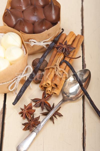Chocolat vanille épices crème gâteau dessert Photo stock © keko64