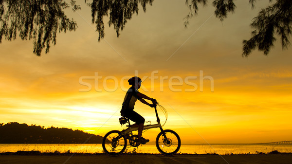 Sziluett kerékpáros naplemente napfelkelte óceán égbolt Stock fotó © kenishirotie