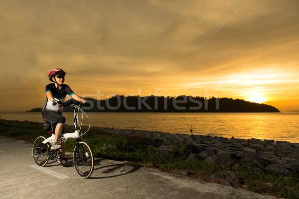 старший женщину велосипедист закат силуэта Восход Сток-фото © kenishirotie