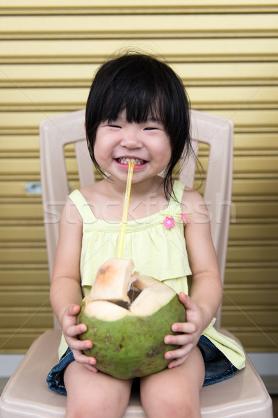 Cute meisje drinken kokosnoot water weinig Stockfoto © kenishirotie